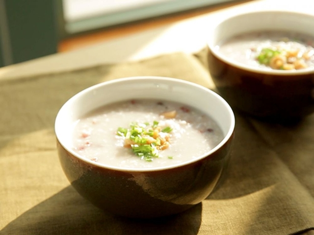 Nấu cháo hạt sen đậu đỏ bổ dưỡng cho bữa sáng