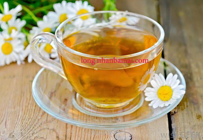 Ly trà tâm sen pha với bông cúc và cam thảo